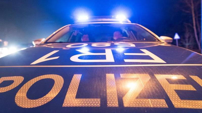 Ein Polizeifahrzeug steht mit leuchtendem Blaulicht auf der Straße. Foto: Patrick Seeger/dpa/Symbolbild