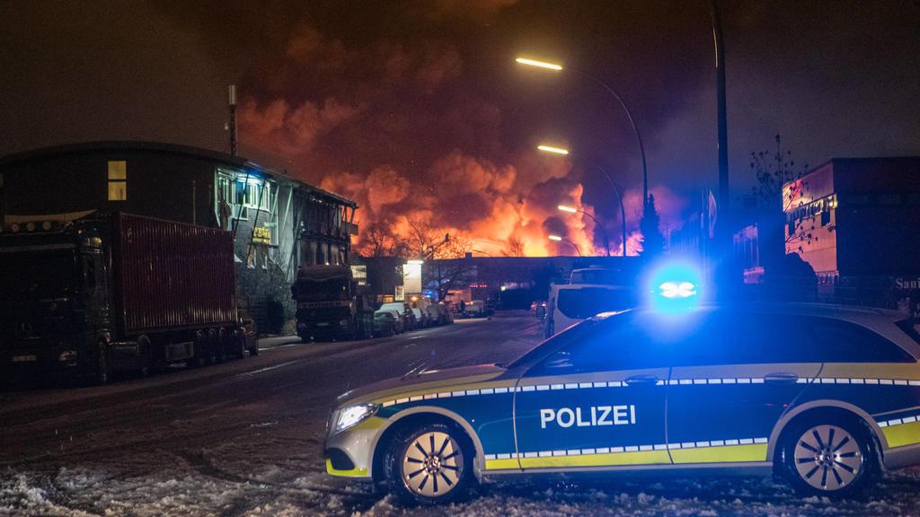 Großfeuer in Wilhelmsburg - Lagerhallen in Vollbrand 13.01.21 - Hamburg: Kurz nach 05:30 Uhr melden Anrufer ein Feuer in einer Lagerhalle in Hamburg-Wilhelmsburg. Aufgrund der Vielzahl der Anrufer, wird das Alarmstichwort schnell auf Feuer 2 Erhöht.