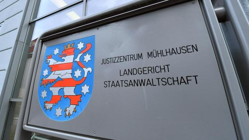 Das Behördenschild am Justizzentrum Mühlhausen. Foto: Martin Schutt/dpa-Zentralbild/dpa