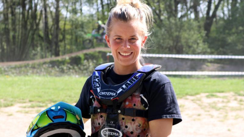 Die Motocross-Fahrerin Larissa Papenmeier mit ihrem Helm am Rande einer Trainingsstrecke. Foto: Helen Ahmad/dpa/Archivbild