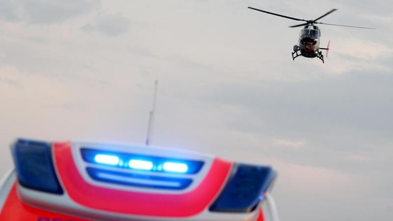 Ein Hubschrauber fliegt über einem Rettungswagen zu einem Unfallort. Foto: Jan Woitas/dpa-Zentralbild/dpa/Symbolbild