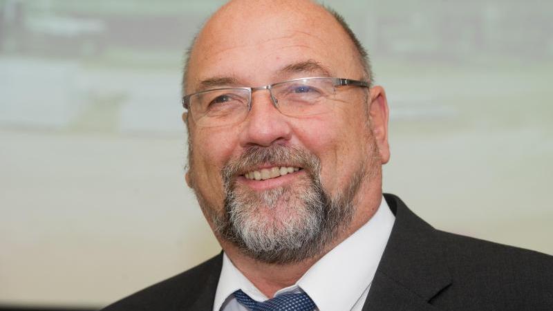 Harry Glawe, Wirtschaftsminister von Mecklenburg-Vorpommern, lächelt in die Kamera. Foto: Stefan Sauer/dpa-Zentralbild/dpa