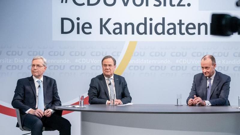 Norbert Röttgen (l-r), Armin Laschet und Friedrich Merz sitzen vor Beginn einer Diskussionsrunde im Konrad-Adenauer-Haus. Foto: Michael Kappeler/dpa/Archivbild