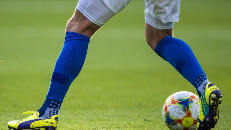 Ein Fußballspieler ist am Ball. Foto: Jens Büttner/dpa-Zentralbild/ZB/Symbolbild