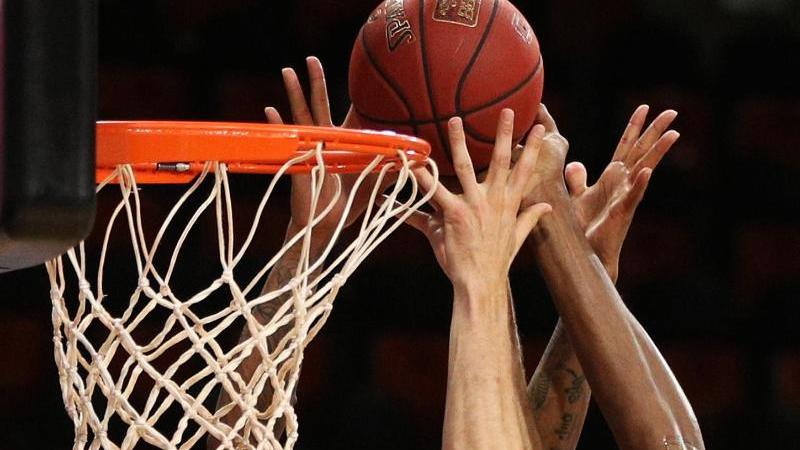 Basketballspieler gehen zum Rebound. Foto: Adam Pretty/Getty Images Europe/Pool/dpa/Symbolbild