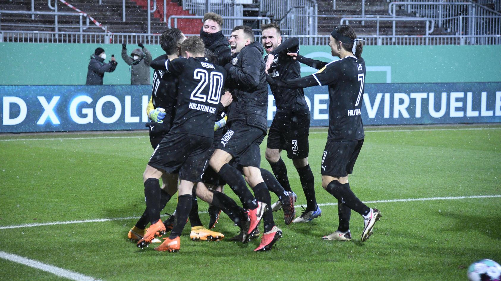 Riesenjubel bei Holstein Kiel nach dem Sieg gegen den FC Bayern.