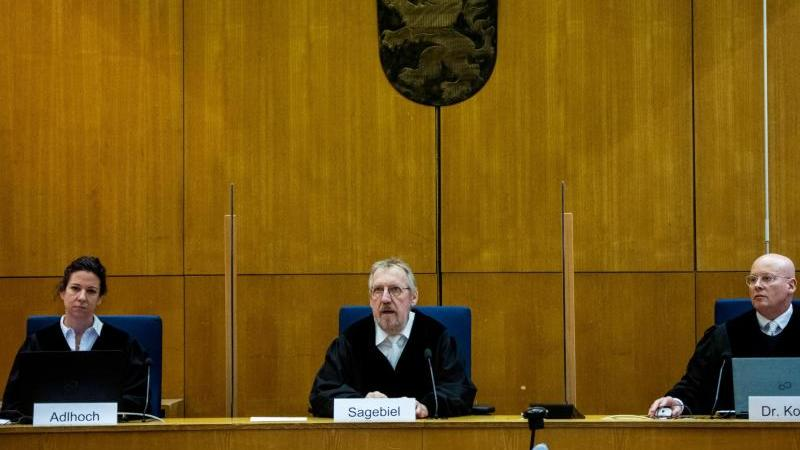 Der Vorsitzende Richter Thomas Sagebiel sitzt mit seinen beisitzenden Richtern an einem weiteren Verhandlungstag im Gerichtssaal des Oberlandesgerichts Frankfurt. Foto: Thomas Lohnes/AFP Pool/dpa