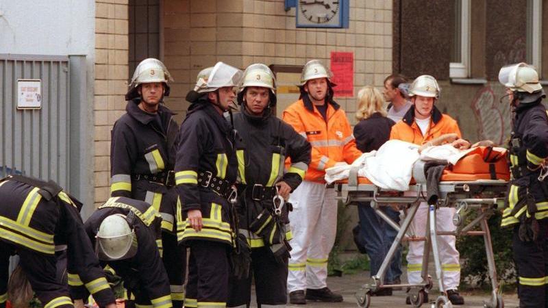 Das Archivbild zeigt Rettungskräfte bei der Versorgung von Verletzten vor dem S-Bahnhof Wehrhahn. Foto: Christian Ohlig/dpa/Archiv