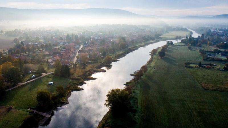 Nebel ist über dem Fluss Weser zu sehen. Foto: Swen Pförtner/dpa/Archivbild