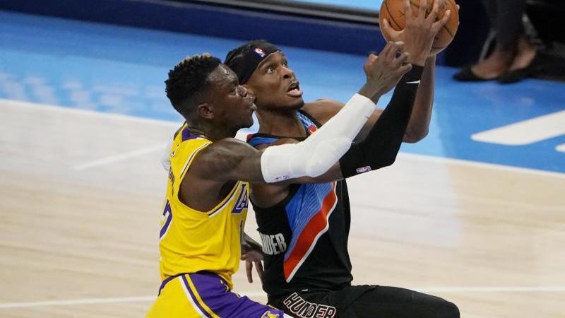 Shai Gilgeous-Alexander (r) von den Oklahoma City Thunder und Dennis Schröder von den Los Angeles Lakers inAktion. Foto: Sue Ogrocki/AP/dpa