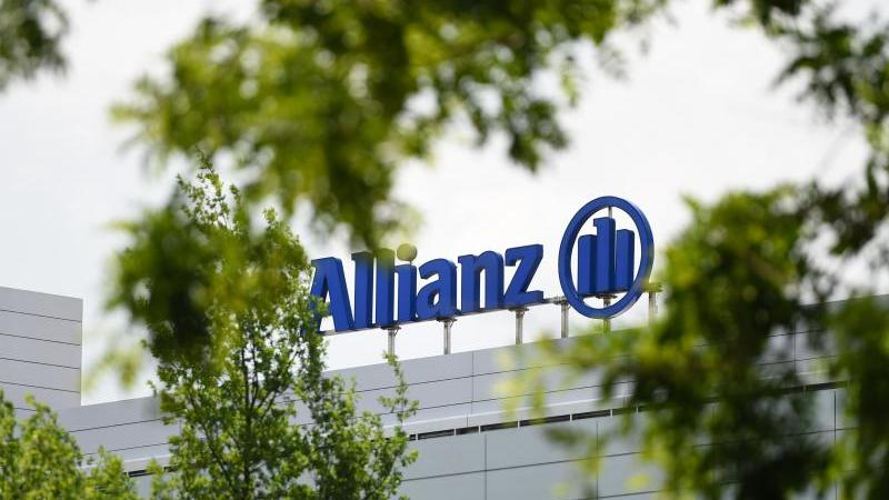 Logo und Schriftzug der Allianz auf einem Gebäude. Foto: Andreas Gebert/dpa/Archivbild