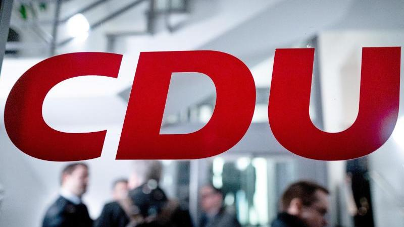 Das Logo der CDU steht an einer Scheibe. Foto: Fabian Strauch/dpa/Archivbild