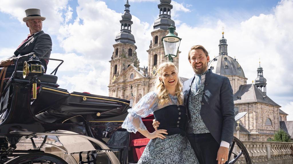 Hessen, Fulda: Vera Vogt (l, 29) und Max Dudyka (r, 31) stehen bei ihrer offiziellen Vorstellung als Fuldaer Hessentagspaar 2021 vor dem Dom der Stadt. Der Hessentag soll vom 21.05. bis zum 30.05.2021 stattfinden.  (zu dpa «Hesse