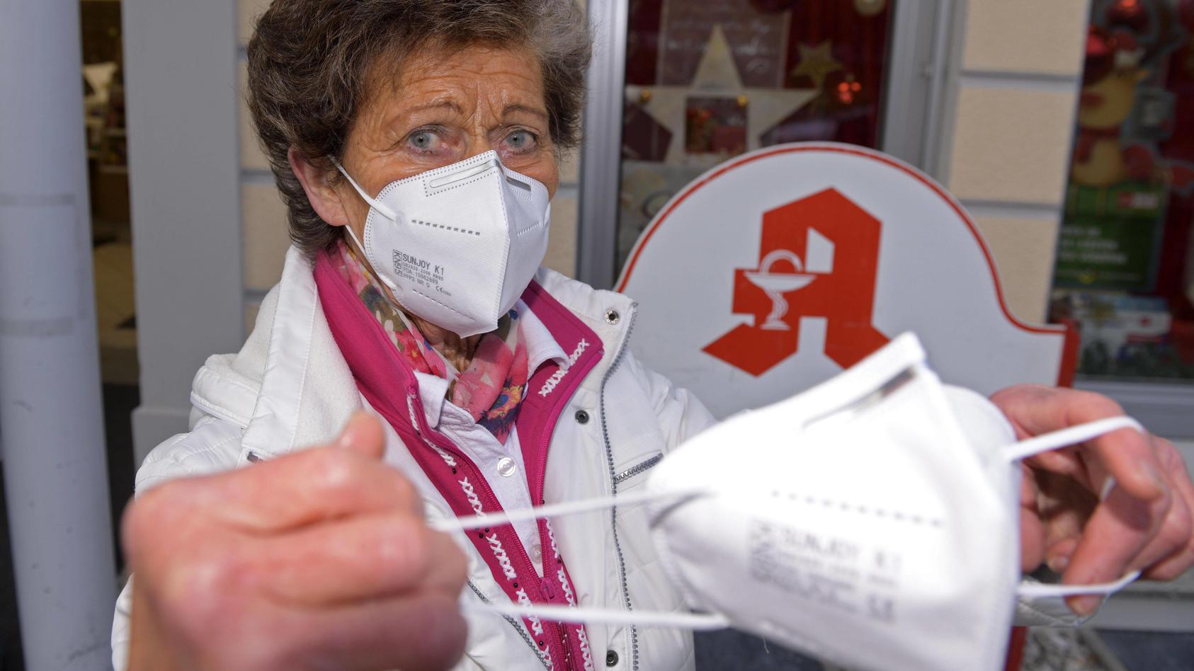 FFP2-Maskenpflicht in Bayern ab Montag in ÖPNV und Einzelhandel. Rentnerin Christa F