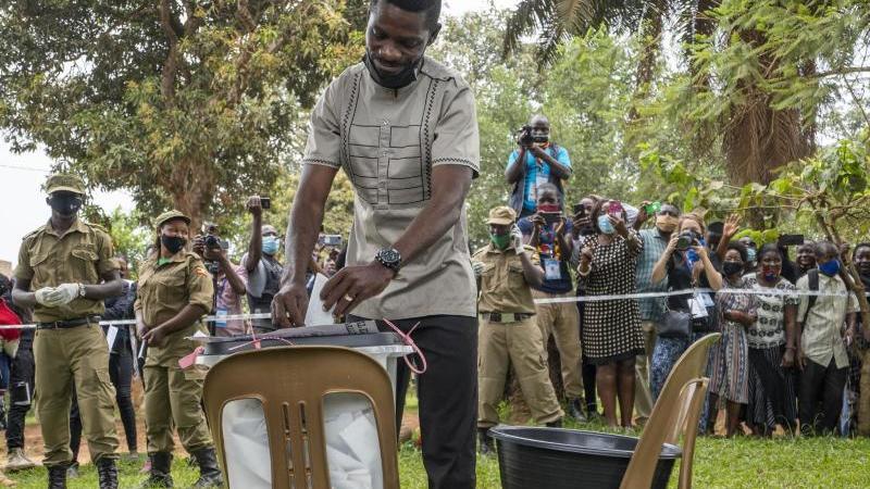 Bobi Wine, Popstar und Präsidentschaftskandidat der Opposition, mit bürgerlichem Namen Robert Kyagulanyi, gibt seine Wahlstimme während der Präsidenten- und Parlamentswahl ab. Foto: Jerome Delay/AP/dpa