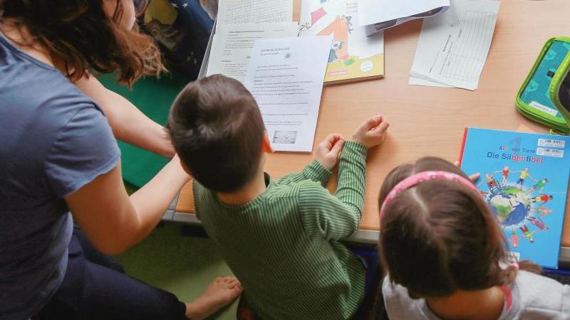 Viele berufstätige Eltern sind jetzt mit Homeschooling beschäftigt. Um Verdienstausfälle aufzufangen, können sie Kinderkrankentage einsetzen. Foto: Mascha Brichta/dpa-tmn