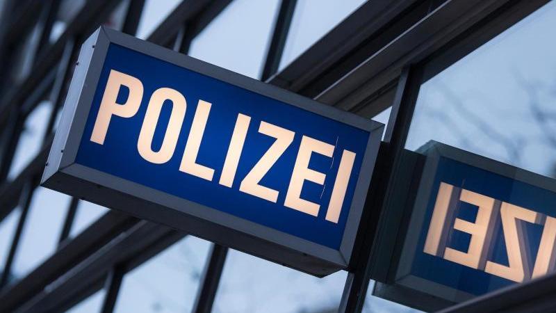 Blick auf ein Polizeirevier. Foto: Boris Roessler/dpa/Symbolbild