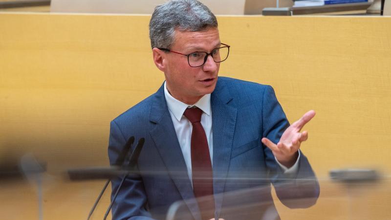 Bayerns Wissenschaftsminister Bernd Sibler (CSU) spricht bei einer Landtagssitzung. Foto: Peter Kneffel/dpa/Archivbild