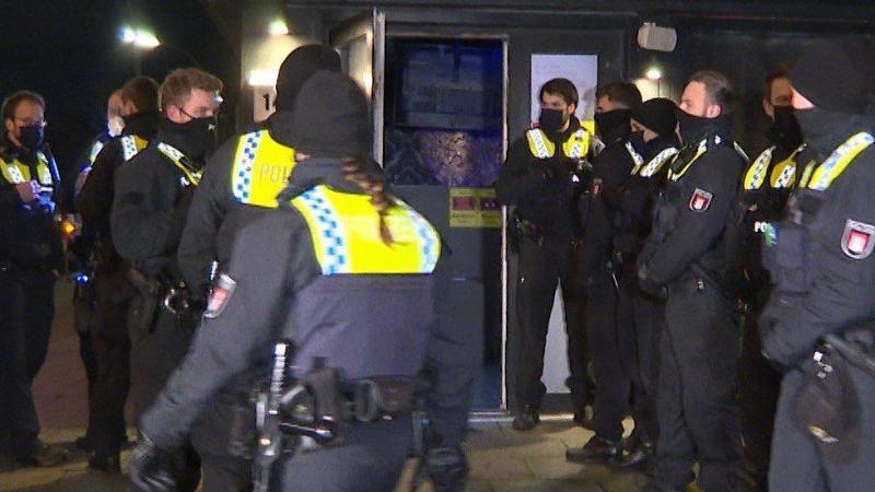 Polizisten stehen vor einer Shisha-Bar in Hamburg-Wandsbek, die trotz Corona-Auflagen geöffnet hatte. Foto: Steven Hutchings/TeleNewsNetwork/dpa