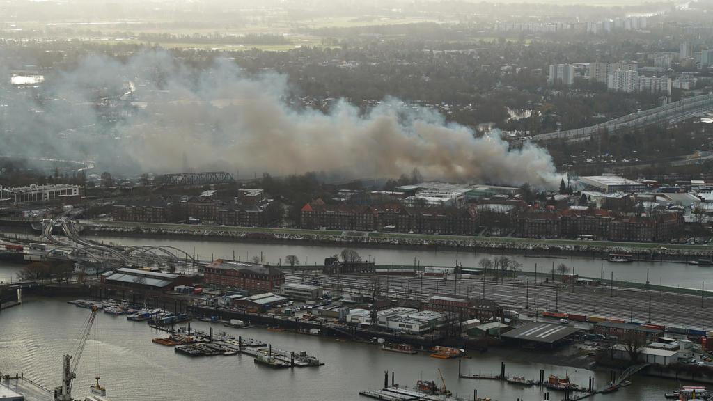 13.01.2021, Hamburg: Eine riesige Rauchwolke ist während der Löscharbeiten  eines Großbrands im Stadtteil Wilhelmsburg zu sehen. Eine Lagerhalle in einem Gewerbegebiet steht seit dem Morgen im Vollbrand. Foto: citynewstv/dpa +++ dpa-Bildfunk +++