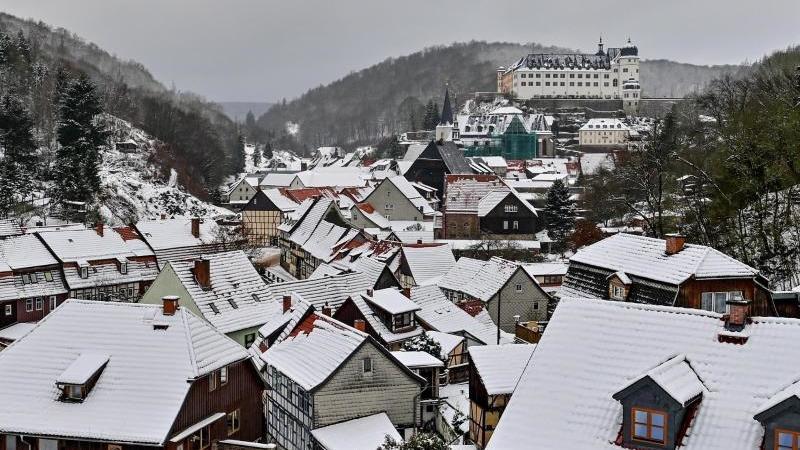 Verschneit sind die Dächer der Fachwerkstadt Stolberg im Harz. Foto: Hendrik Schmidt/dpa-Zentralbild/dpa/Archivbild