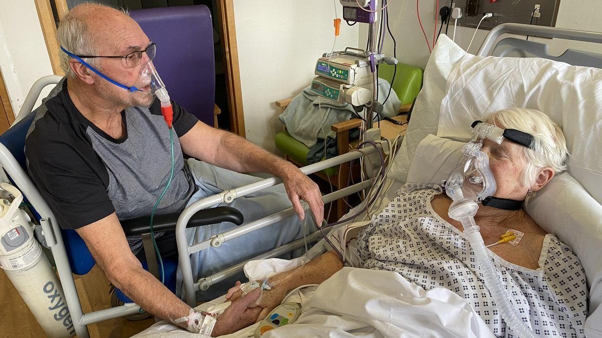 Gerry (79) und Barbara Jarrett (76) sind beide mit Corona infiziert. Im Krankenhaus dürfen sie Zeit miteinander verbringen.