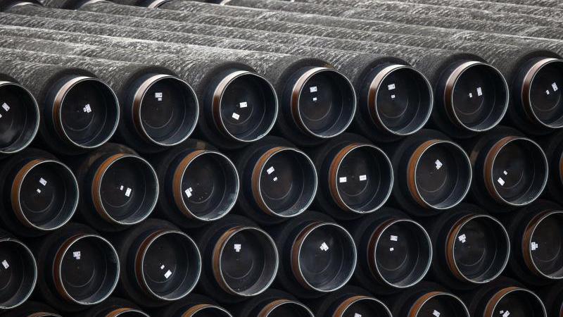 Rohre für den Bau der Erdgaspipeline Nord Stream 2 werden im Hafen Mukran auf der Insel Rügen gelagert. Foto: Jens Büttner/dpa-Zentralbild/dpa