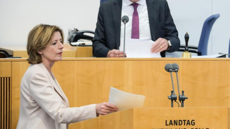 Malu Dreyer (SPD), Ministerpräsidentin von Rheinland-Pfalz, geht zum Rednerpult. Foto: Andreas Arnold/dpa