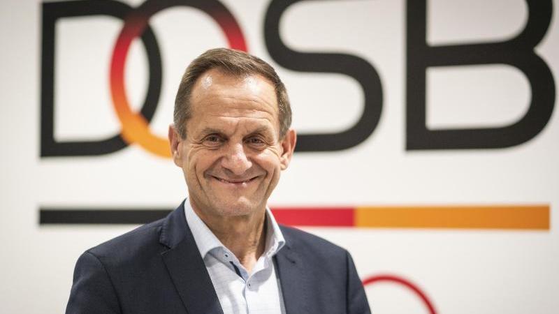 Alfons Hörmann, Präsident des Deutschen Olympischen Sportbundes (DOSB), steht in der DOSB-Zentrale vor einem Logo des Sportverbandes. Foto: Frank Rumpenhorst/dpa/Archivbild