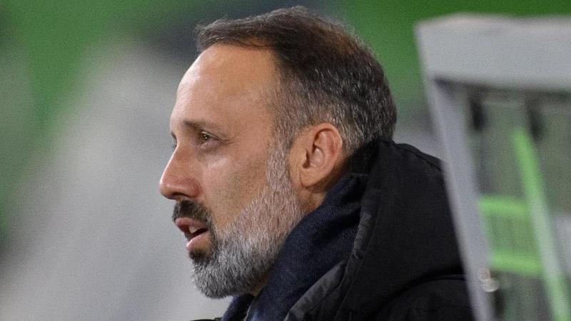 Stuttgarts Trainer Pellegrino Matarazzo ist vor dem Spiel im Stadion. Foto: Swen Pförtner/dpa