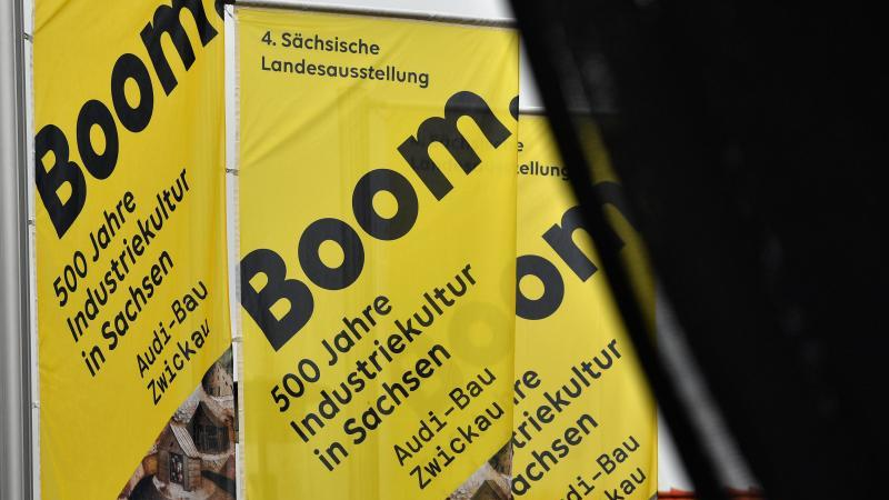 Fahnen mit dem Logo der Landesausstellung wehen im Wind. Foto: Hendrik Schmidt/dpa-Zentralbild/ZB/Symbolbild