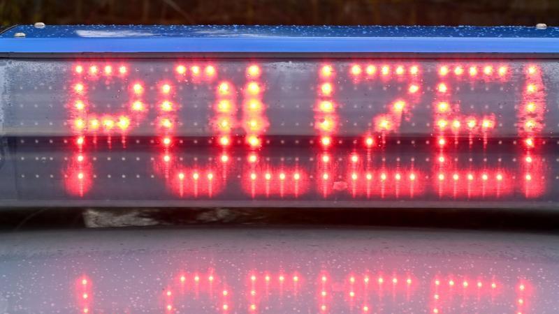 """Die Leuchtschrift """"Polizei"""" ist auf dem Dach eines Streifenwagens der Polizei zu sehen. Foto: Carsten Rehder/dpa"""