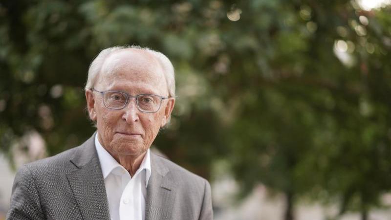 Jürgen Hubbert, ehemaliges Mercedes-Vorstandsmitglied, schaut in die Kamera. Foto: Jörg Carstensen/dpa