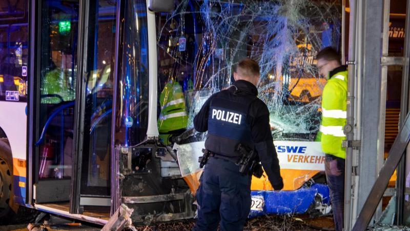 Polizei und Rettungskräfte stehen am Unfallort. Foto: Michael Ehresmann/Wiesbaden112/dpa