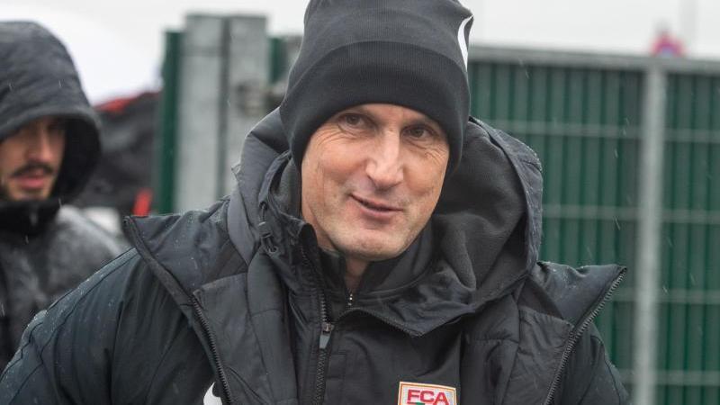 Augsburg-Trainer Heiko Herrlich ist optimistisch, dass die Partie gegen Werder Bremen stattfinden kann. Foto: Stefan Puchner/dpa/Archivbild