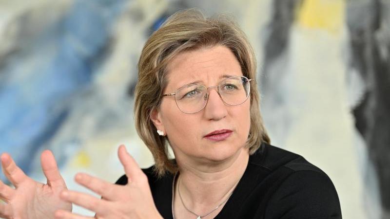 Anke Rehlinger (SPD), Ministerin für Wirtschaft, schaut in die Runde. Foto: Harald Tittel/dpa
