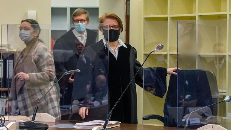 Die Vorsitzende Richterin Marion Tischler (r) nimmt beim Prozess gegen den Angeklagten Mark S. ihren Platz ein. Foto: Peter Kneffel/dpa Pool/dpa/Archivbild