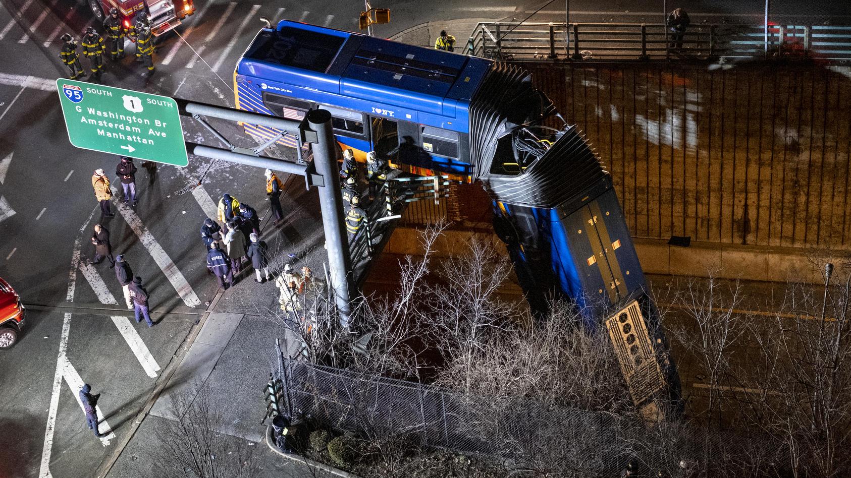 Der hintere Teil des New Yorker Busses stand noch oben auf der Straße, der vordere Teil stürzte in die Tiefe.