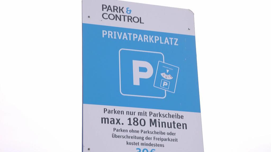 """Schild eines """"Park & Control"""" Parkplatzes"""