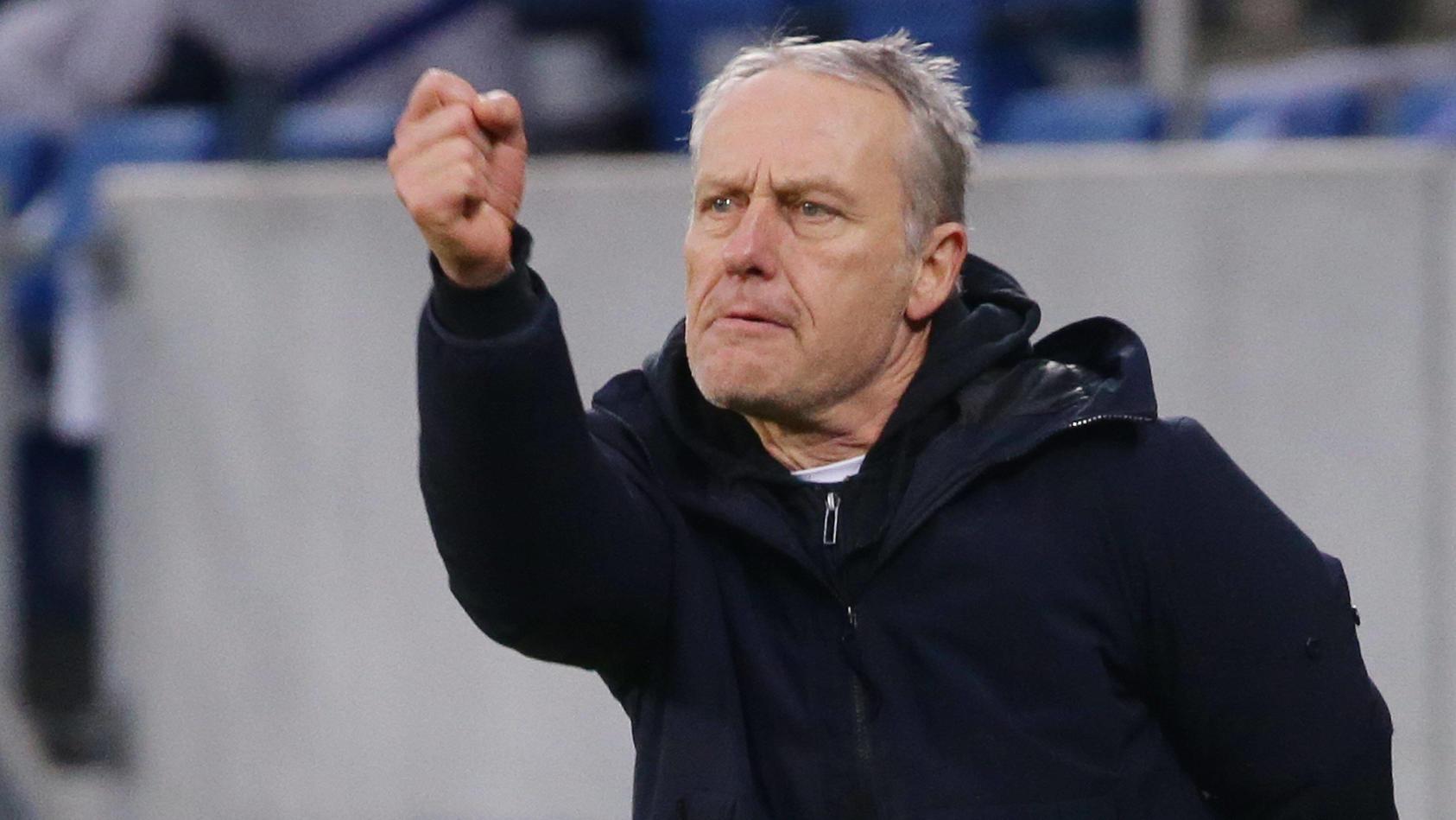 Freiburg-Trainer Christian Streich jubelt an der Seitenlinie.