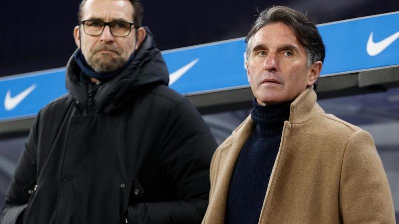 Trainer Bruno Labbadia (r) und Manager Michael Preetz stehen vor der Bank. Foto: Odd Andersen/AFP-Pool/dpa/Archivbild