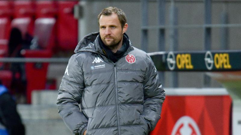 Trainer Bo Svensson vom FSV Mainz 05 steht am Spielfeldrand. Foto: Torsten Silz/dpa/Archivbild