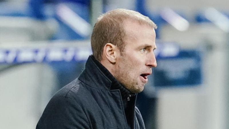Hoffenheims Trainer Sebastian Hoeneß gibt Anweisungen am Spielfeldrand. Foto: Uwe Anspach/dpa/Archivbild