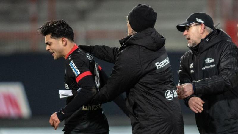 Der Wirbel um die angeblichen verbalen Anfeidungen gegen Bayer-Profi Amiri (l) durch einen Union-Spieler überlagerten das Spiel. Foto: Andreas Gora/dpa-Pool/dpa
