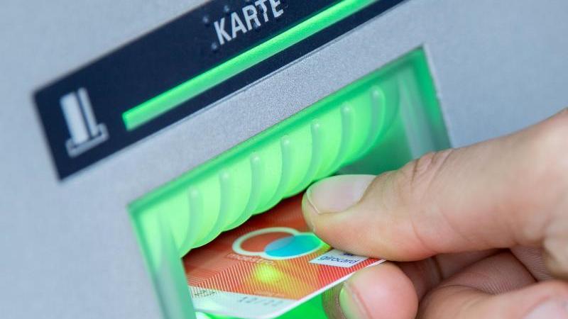 Im vergangenen Jahr manipulierten Kriminelle nach Angaben von Euro Kartensysteme bundesweit 152 Mal Geldautomaten, um an Daten von Bankkunden zu kommen. Foto: Fabian Sommer/dpa