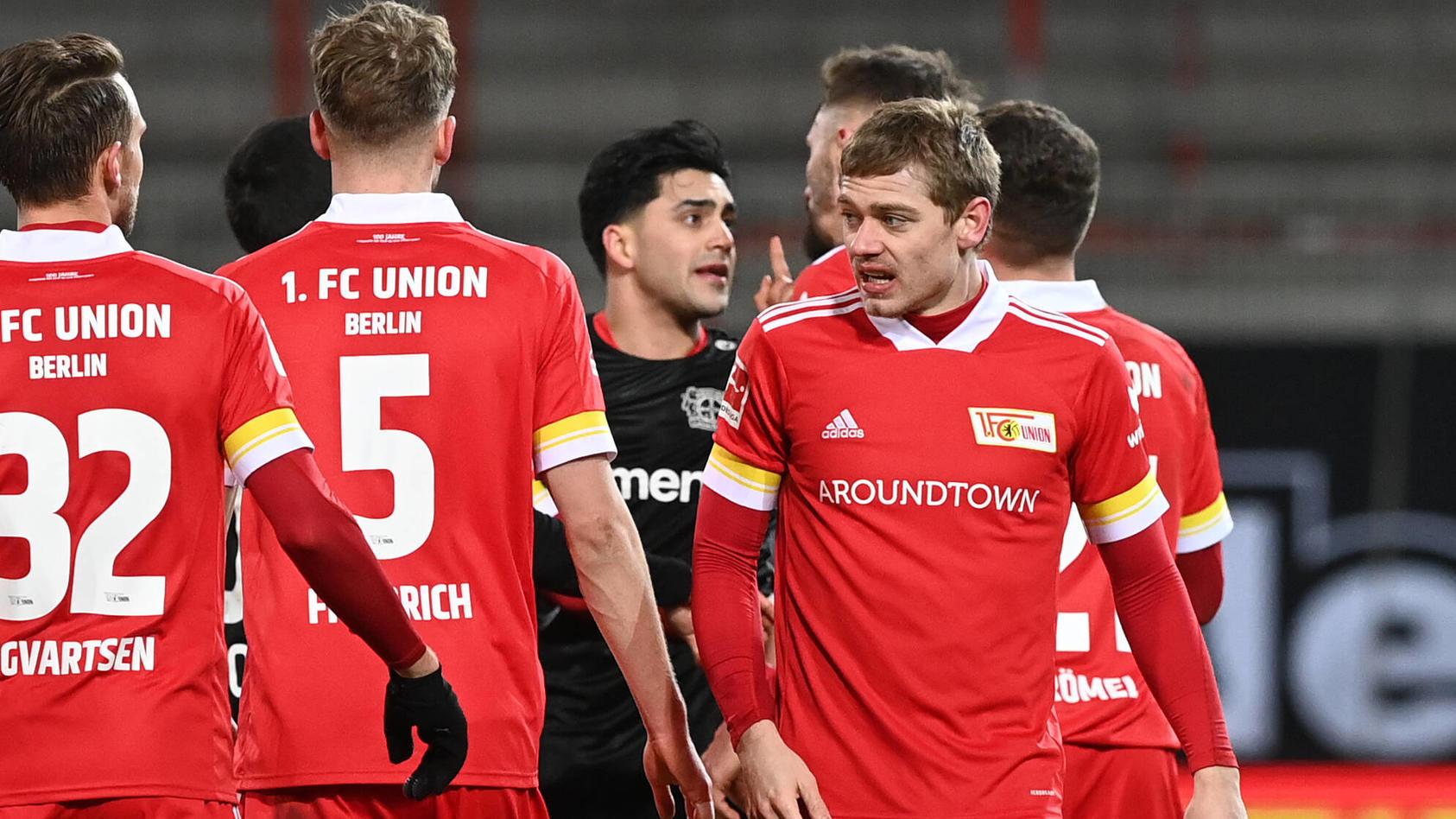 Nadiem Amiri inmitten von Spielern von Union Berlin.