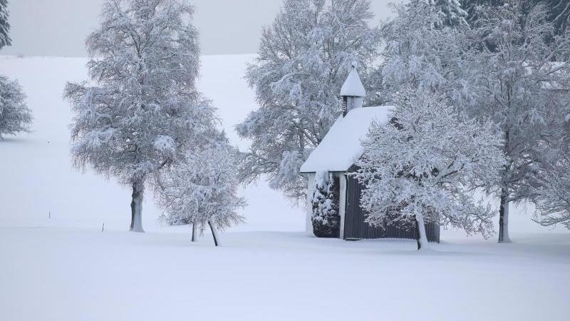 Eine Kapelle steht in der tief verschneiten Landschaft. Foto: Karl-Josef Hildenbrand/dpa