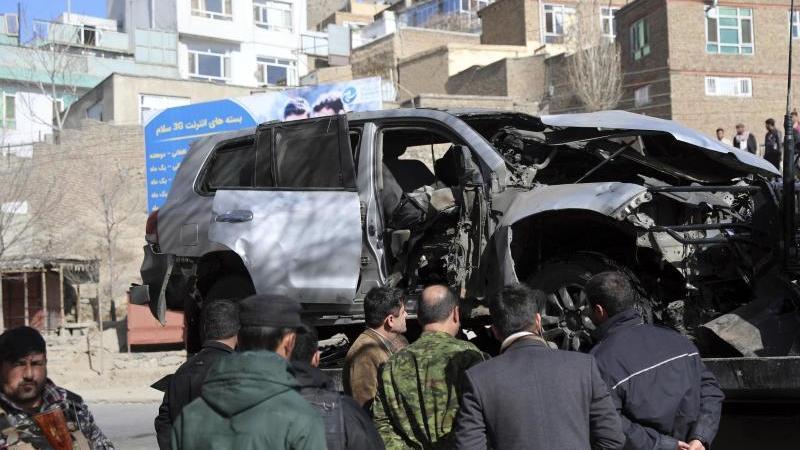 Afghanische Sicherheitsbeamte inspizieren den Ort eines Bombenanschlags in Kabul, bei dem zwei Polizisten getötet wurden. Foto: Rahmat Gul/AP/dpa