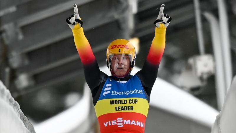 Rodler Felix Loch jubelt über seinen Sieg in Oberhof. Foto: Hendrik Schmidt/dpa-Zentralbild/dpa
