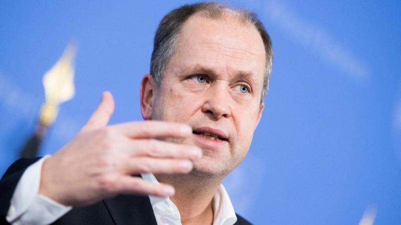 Joachim Stamp (FDP, stellvertretender Ministerpräsident, gibt ein Statement ab. Foto: Rolf Vennenbernd/dpa